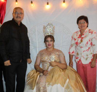Foro 2-La nueva soberana del Ejido Benito Juárez Kassandra I, fue coronada por la Alcaldesa Cecilia López González, y el Director de API Santa Rosalía, Pedro Osuna López.