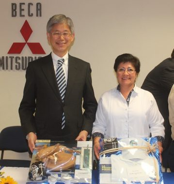 Foto 2-El Embajador de Japón, y la Alcaldesa recibieron un presente de manos del Rector de la UABCS.